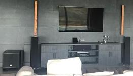 Частный кинозал на базе проектора JVC и акустики RTi от Polk Audio
