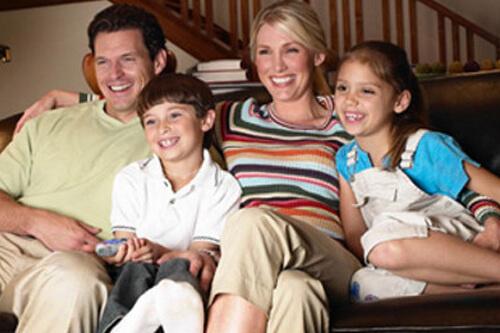Исследования Эпсон показали, что проекторы и большие экраны собирают семью для совместного времяпрепровождения